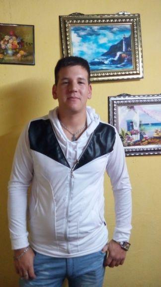 Rodrigo, Chico de Almirante Brown buscando conocer gente