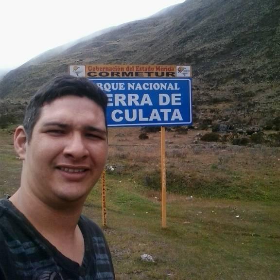 Cesar, Chico de San Cristóbal buscando una cita ciegas