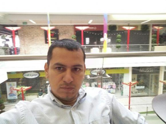 carlos, Hombre de Medellín buscando una cita ciegas