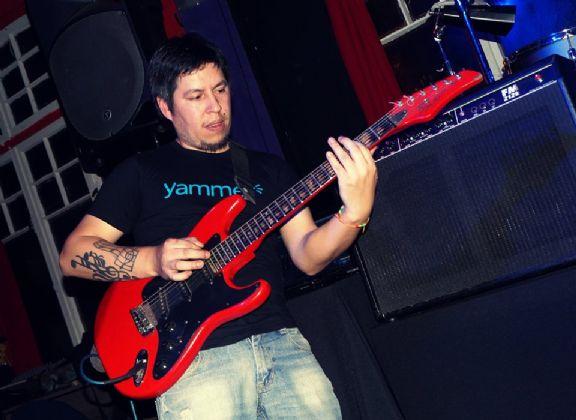 Kike guitarra, Hombre de Valdivia buscando una cita ciegas