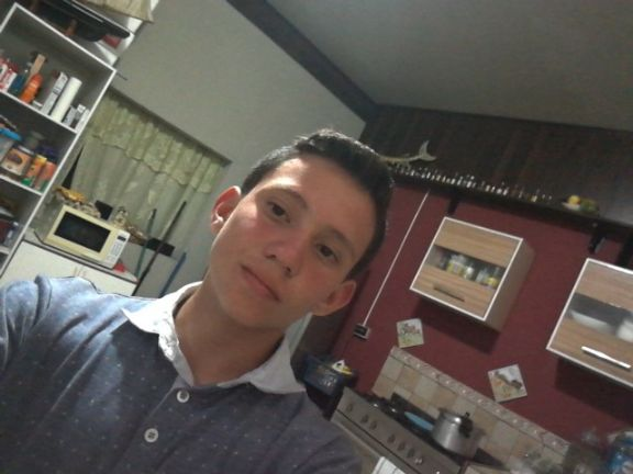 Anthony chaves, Chico de Alajuela buscando amigos